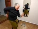 бабушка смешно танцует под safri Duo