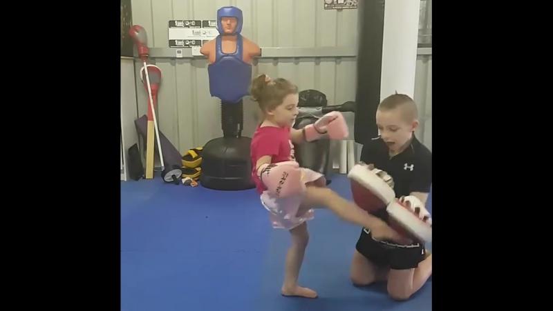 Брат тренирует сестру