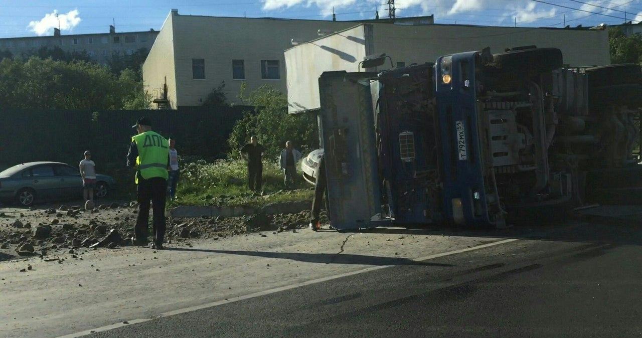 В Мурманске грузовик со щебнем перевернулся и расплющил иномарку