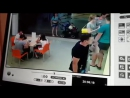 Мужчина с дочкой украли дорогой смартфон и попали на видео в Волгограде