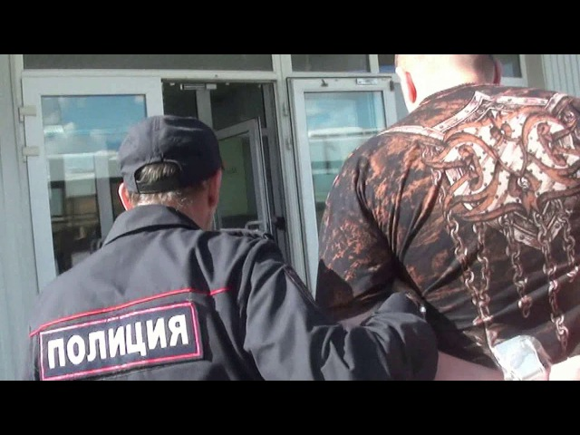 Пермские полицейские ведут авиадебошира в участок