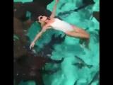 Слепая девушка плавает с