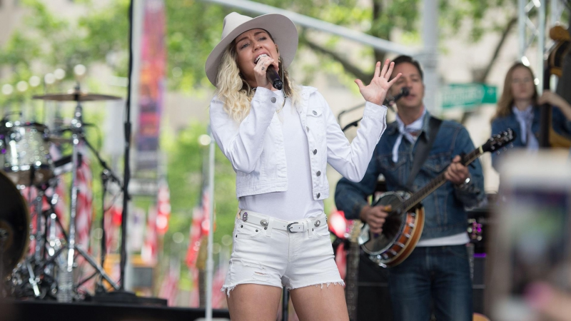 Miley Cyrus - 'Jolene' live on TODAY