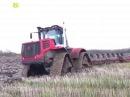 Трактор Кировец К 744 с 8 ми корпусным плугом на гусеницах по болоту