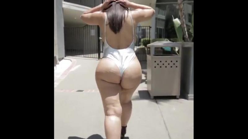 Нереально жопастая брюнетка своими жаркими ножками щеголяет на шпильках по улице , Plus Size big Ass , I love fucking big booty
