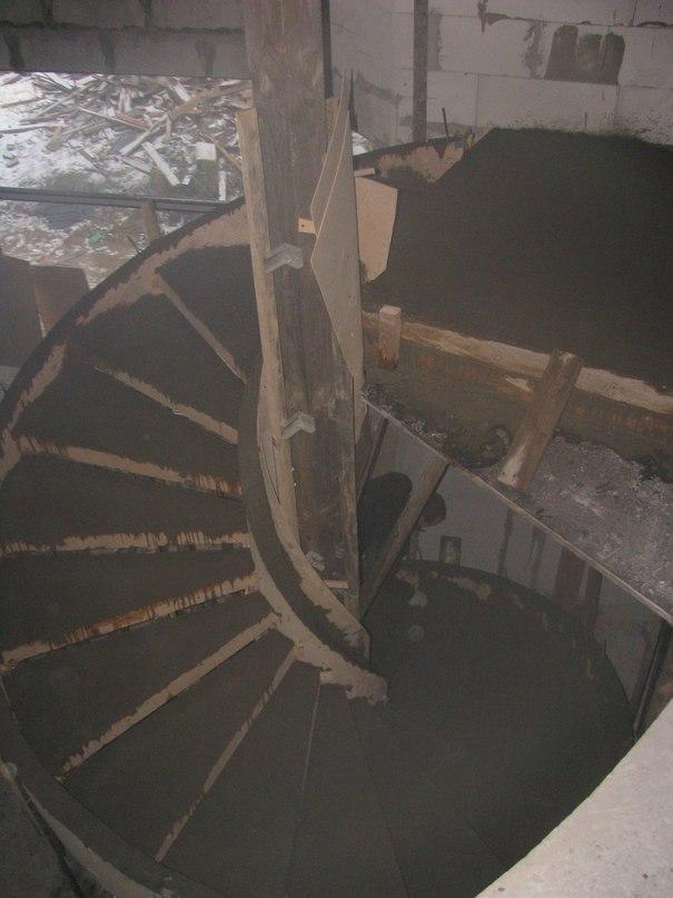 Вот так проходит процесс изготовления каркаса для лестницы из бетона.