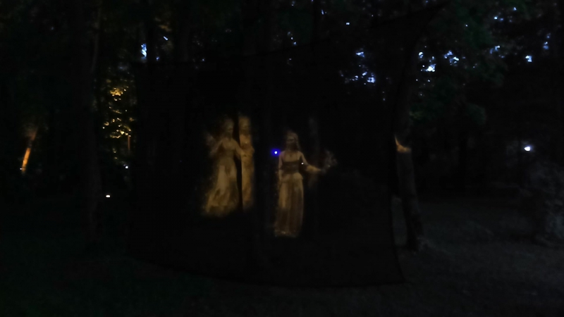 Фигуры-призраки с фонтана Дружба народов шалят ;)