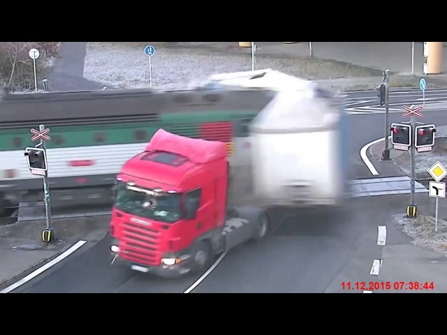 Пассажирский поезд украл прицеп. The train has stolen the trailer