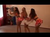 В костюме божьих коровок милые русские малолетки на каблуках трясут жопой, светят пиздой под юбкой перед толпой секс эротик порн