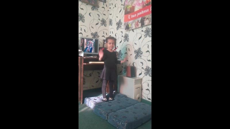Софи танцует