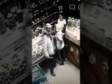 Мужчина зарезал ножом девушку в магазине ДРАКА НА НОЖАХ НАСМЕРТЬ ЗАРЕЗАЛ УДАРИЛ...