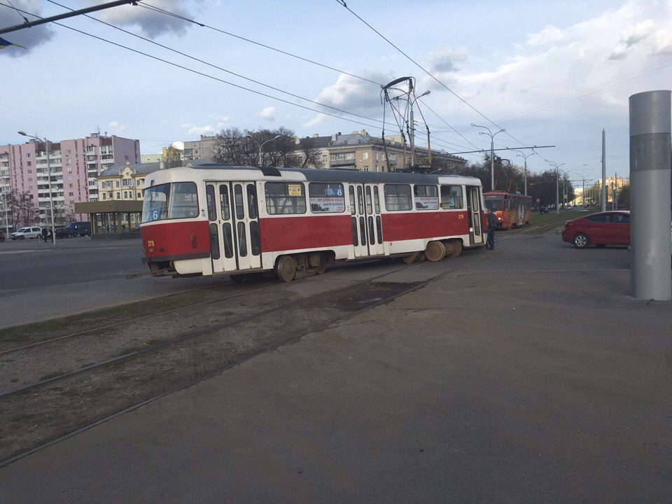 Трамвай сошел с рельсов и раскрутился на 360° - свидетели (ФОТО)
