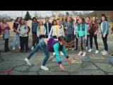 Школьный танцевальный батл между парнями и девушками