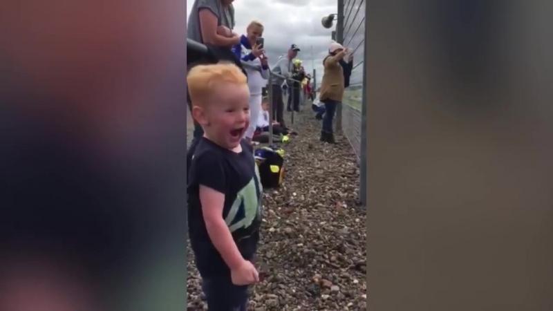 Реакция мальчика на мотогонки ( Это я когда возле меня пролетает мотоцикл )