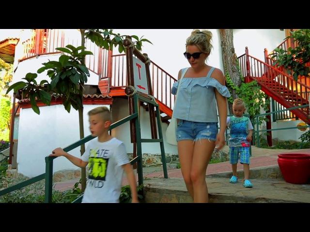 Киллер-Клоун атакует детей на пляже...Scary Killer Clown Attacks Kids On The Beach