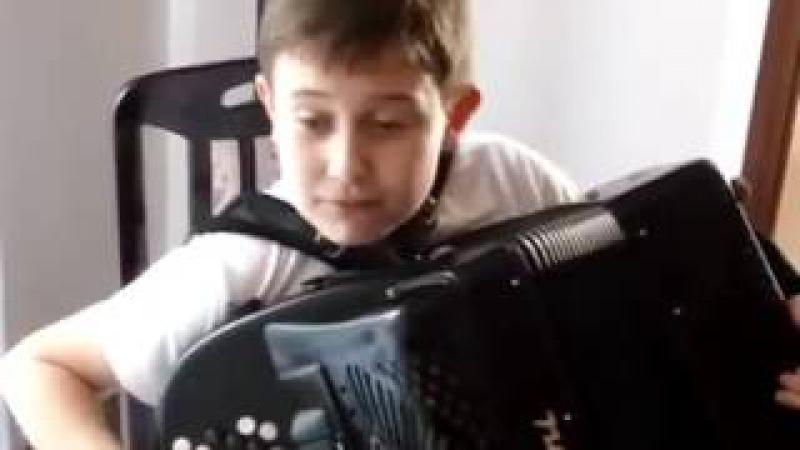 Baiatul canta la acordeon de ramai masca Lectii de acordeon