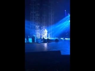 Ricky Martin in Las Vegas [Xtina's backdrop]