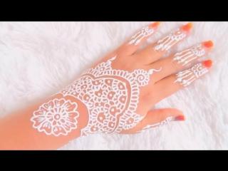 Рисунок Мехенди белой хной на руке