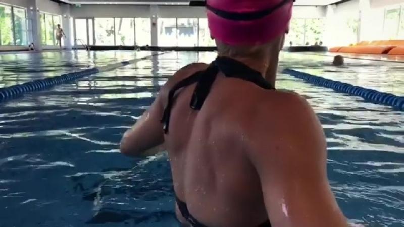 Блондинка в бассейне