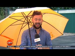 В Ирландии телеведущего сдуло ветром