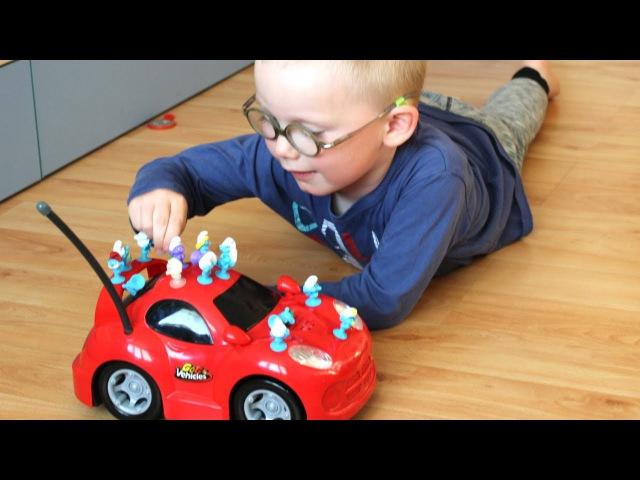 Стикизы Смурфики катаются на Машинке и дарят Сене Киндер Сюрприз. Видео для Детей.