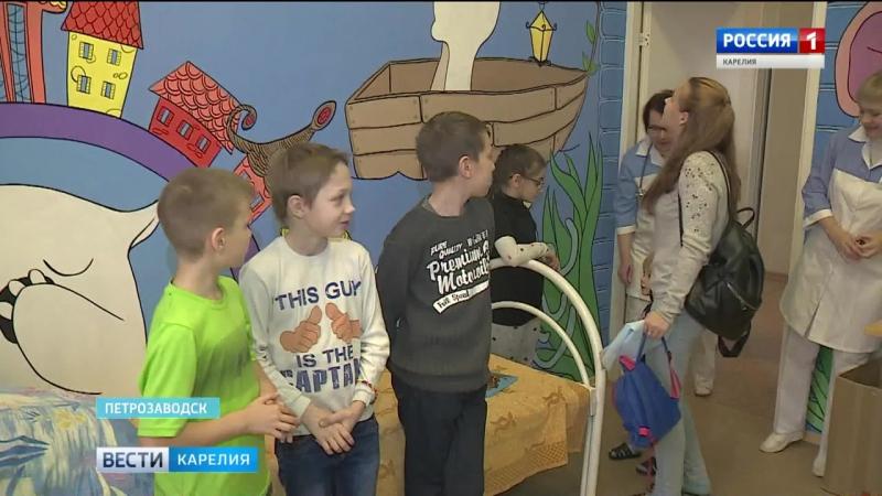 Петрозаводские художники расписывают стены в детской городской больнице. НеЖдиПеременТвориПеремены