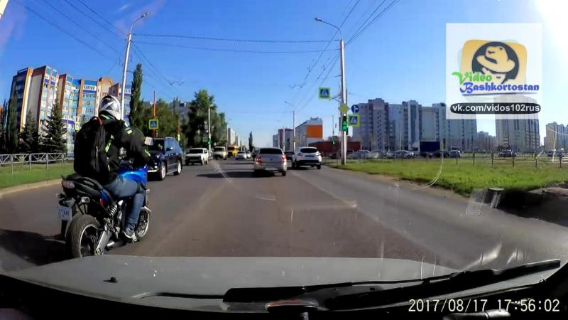 Мотоциклист едет по двойной сплошной
