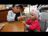 Тёмик угощает сестричку бельгийской вафелькой с яблоками и корицей🍩🍪🤗😋💙💗