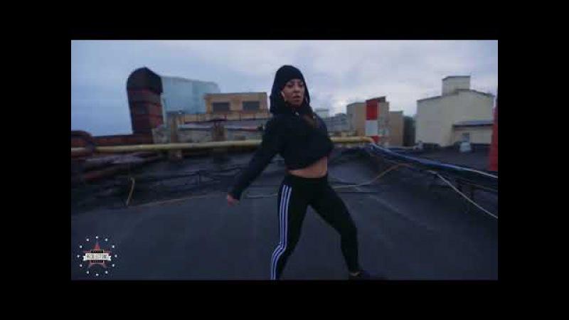 Девчонка классно танцует на крыше