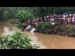 Tìm thấy và vớt ô tô bị nước lũ cuốn tại Định Hóa Thái Nguyên