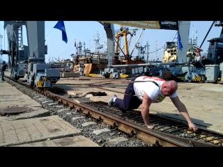 Силач буксирует кран массой 312 тонн