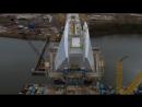 Компания Sarens поднимает пилон нового вантового моста через реку Уир рядом с Сандерлендом