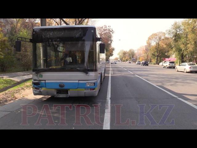 Легковушка «подрезала» пассажирский автобус в Алматы