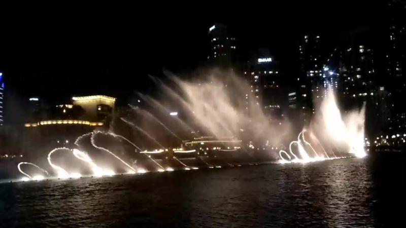 Поющий фонтан у башни Бурдж Халифа, Дубай