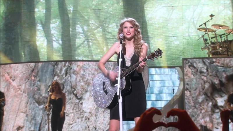 Taylor Swift - Today Was A Fairytale (Live on Fearless Tour 2010)