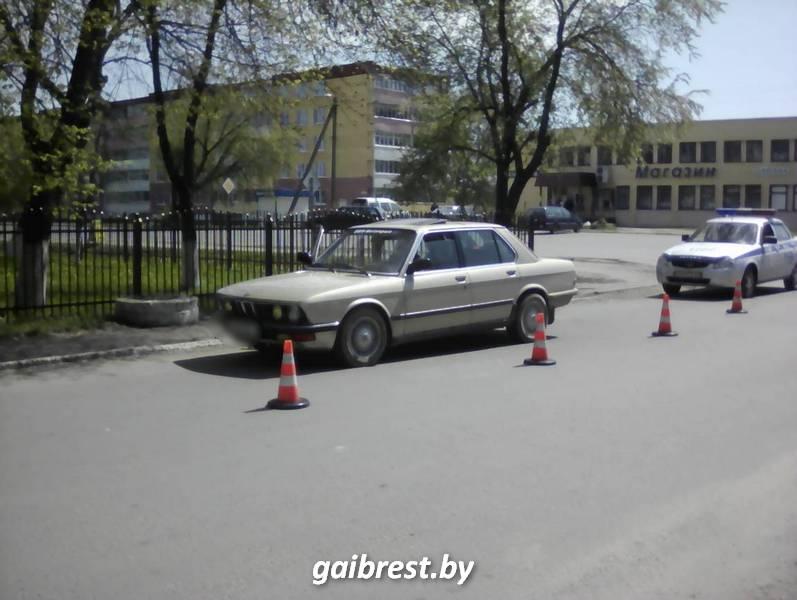 Двигаясь задним ходом, водитель BMW сбил пенсионерку в инвалидной коляске