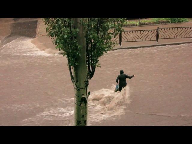 В Донецке дождь 29.06.2017. По пр.Гурова поток воды сбил с ног женщину