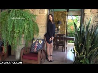 Черное платье даже не пытается прикрывать красивую попку