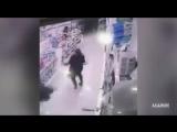 Разъяренный буйвол ворвался в супермаркет