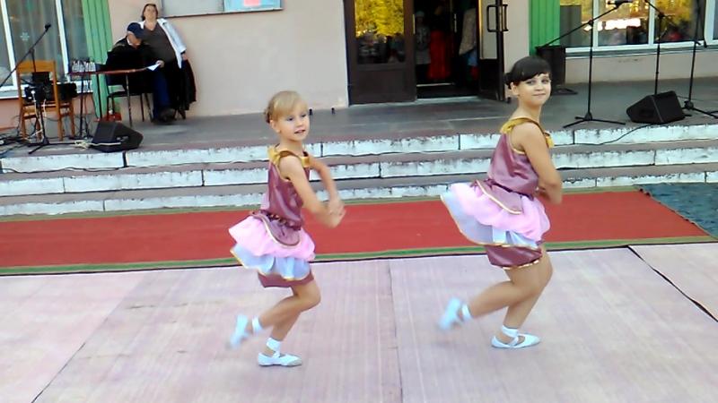 Тася танцует чарлстон