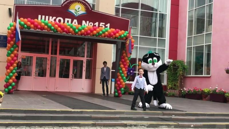 1 СЕНТЯБРЯ! Макс Путриков и Ученый кот - символ школы спели песню Красноярск на линейке у старшеклассников