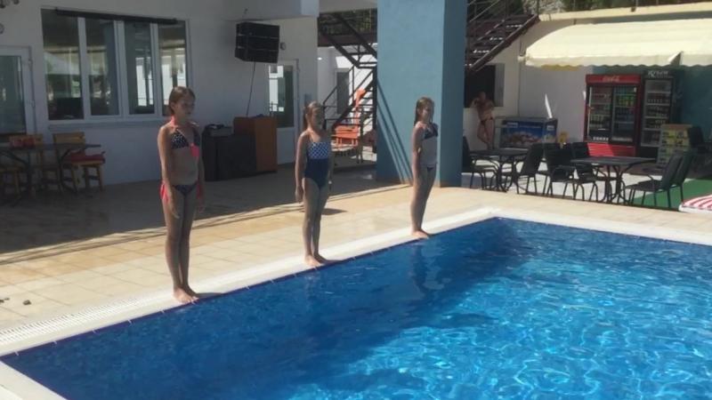 Девчонки делают прыжки!