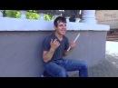 Путешественник уличный музыкант автостопщик из Казахстана в Гомеле играет на