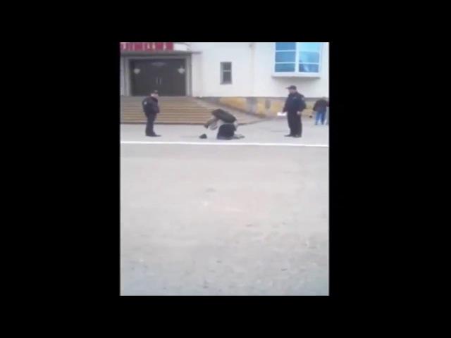 Духовно мёртвые особи-полицейские заставили безногого мужчину ползти в отделен...
