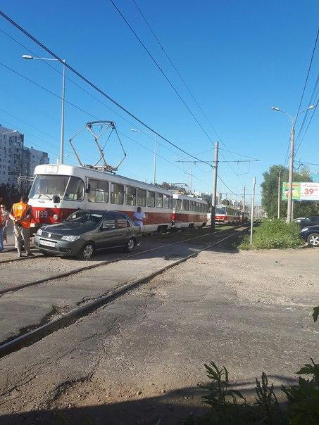 Очередное ДТП с трамваем. Водители вообще трамваи не видят что ли?