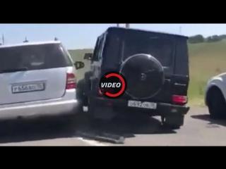 Водители спорят за право ехать за автомобилем молодоженов