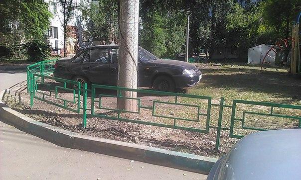 Установили забор вокруг детской площадки.Теперь только эвакуатором дос