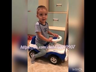Учимся кататься на машинке.