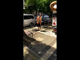 Подрядные организации моют плитку в Симферополе