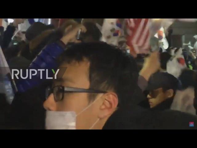 Южная Корея Корейские флаги и транспаранты Трамп на выставке когда Парк покидает президентский дом